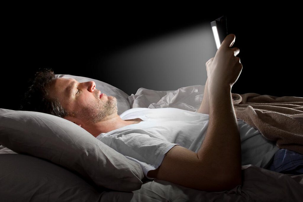 استفاده از موبایل موقع بیخوابی